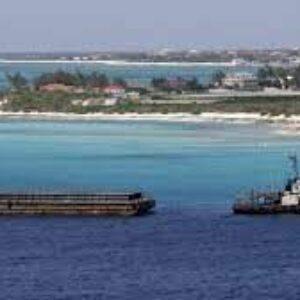 英のカリブ海に浮かぶタークス・カイコス諸島の沖合でボートに乗った20人の死体