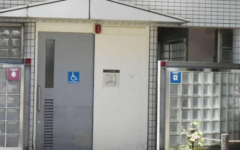 愛知県豊橋市の駅構内にあるトイレで男が若い男性を脅して強制性交