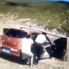 中国でサイドブレーキを引き忘れた男性が降車し動き出した車が崖から転落
